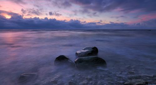 Loojanguvärvides meri